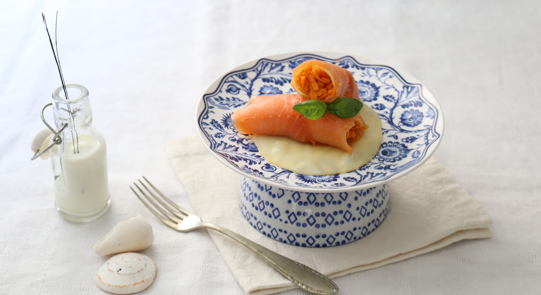 La ricetta degli involtini di salmone affumicato diventa light e senza glutine.