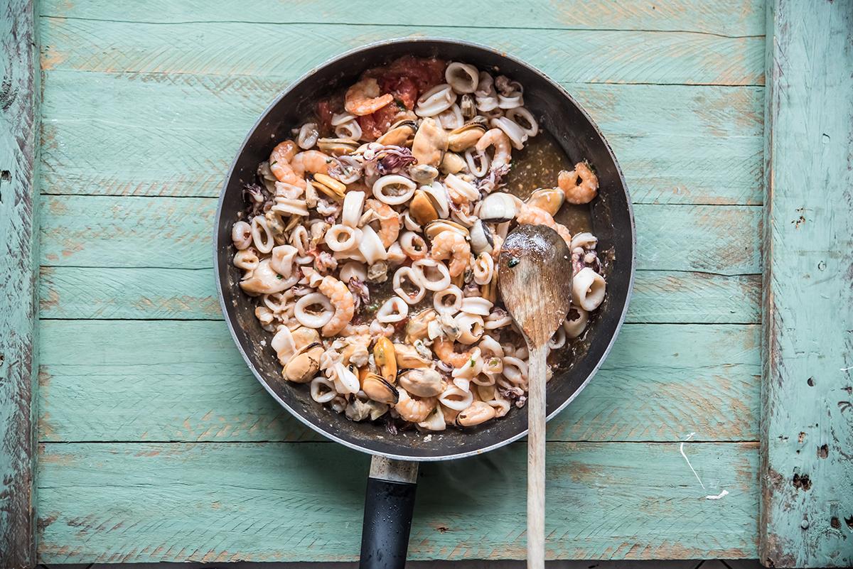 lasagne al ragù di pesce preparazione sugo