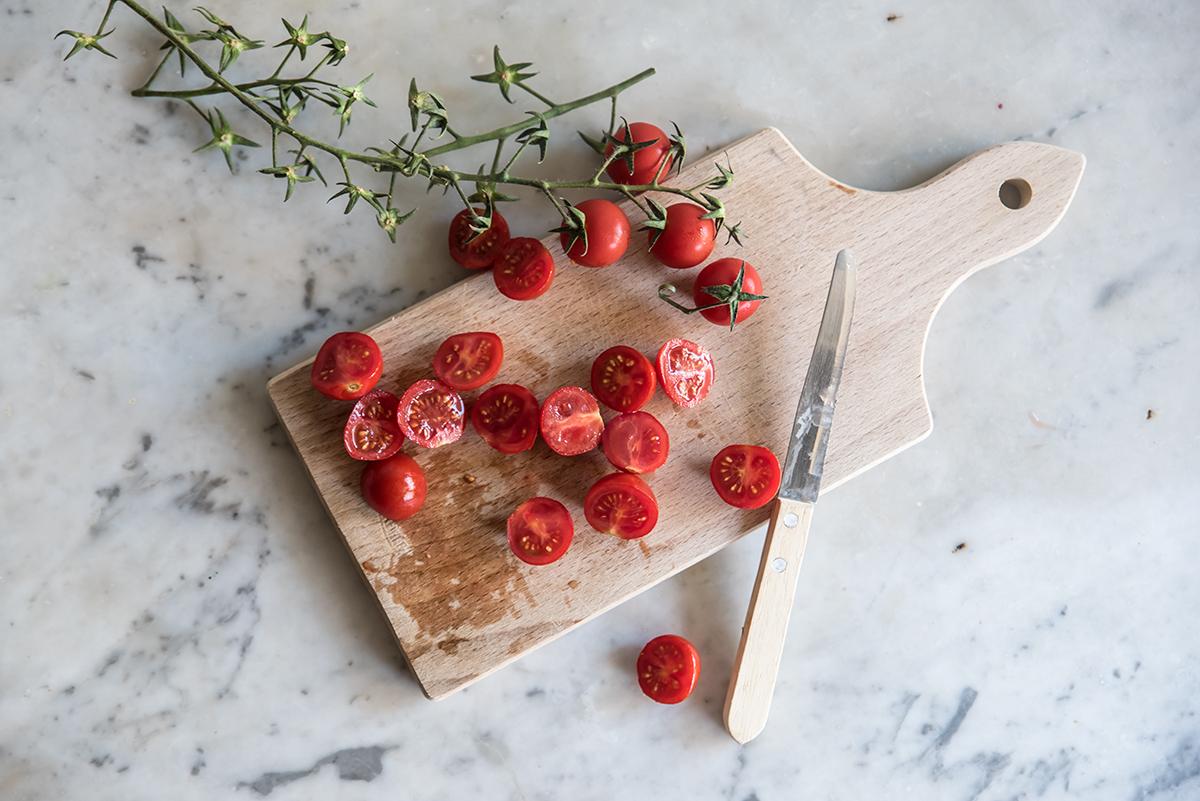 Insalata di lenticchie, tonno, pomodori e rucola