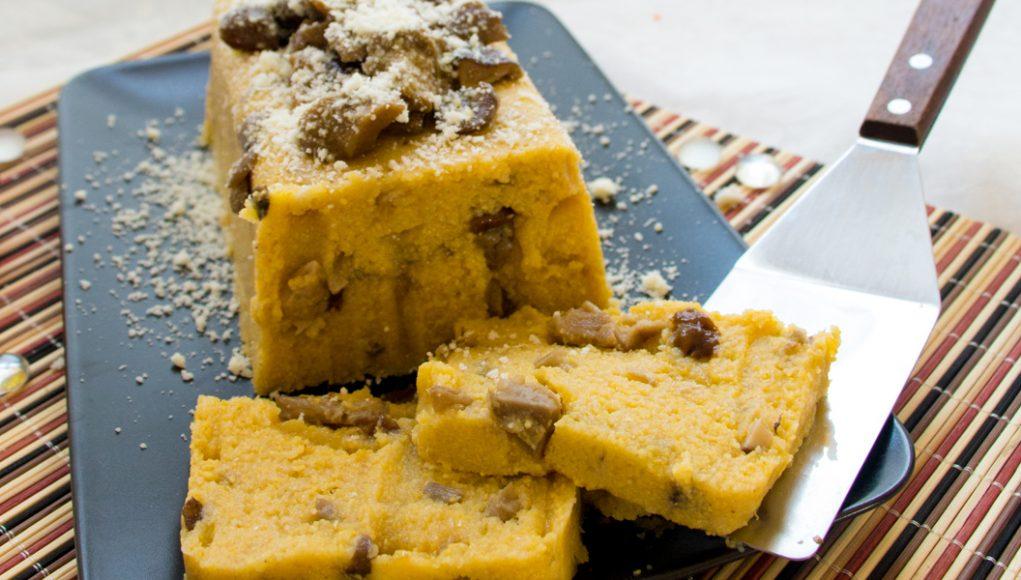 La ricetta senza glutine, light e facilissima degli sformati di polenta e funghi misti.