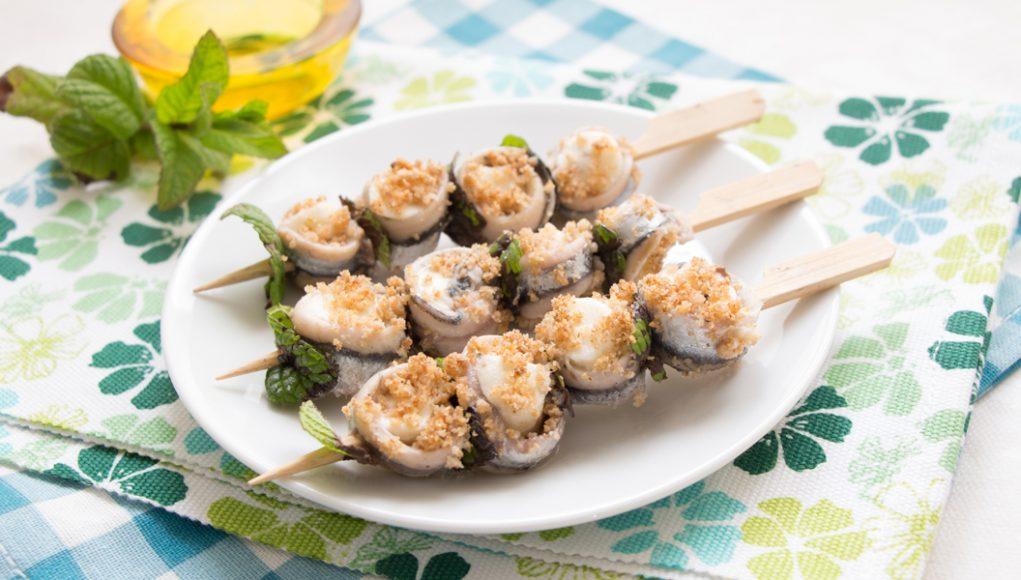 Gli spiedini di alici e mozzarella sono un secondo piatto light e senza glutine, perfetto anche come finger food.