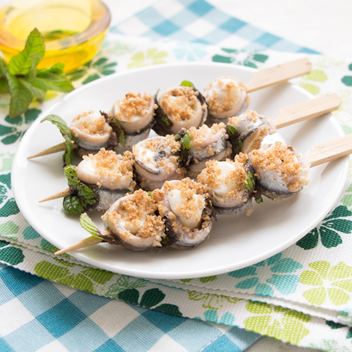 Gli spiedini di alici e mozzarella sono un secondo piatto light e senza glutine.