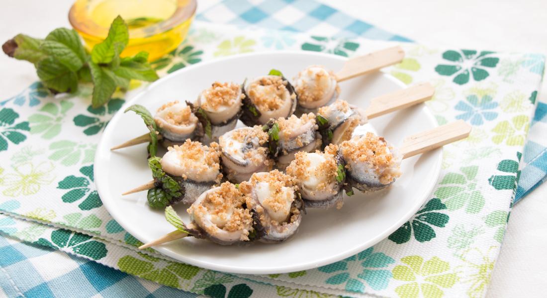 Spiedini di alici e mozzarella sono un secondo piatto light e senza glutine, perfetto anche come finger food.