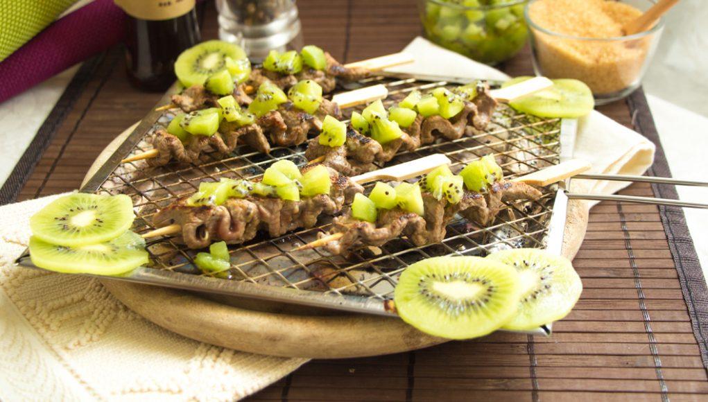 Spiedini di manzo e kiwi: senza glutine, light e gustosissimi!