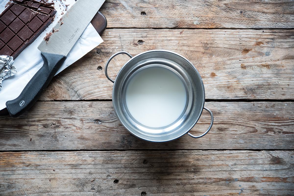 tronchetto di natale fatto in casa scalda il latte in un pentolino