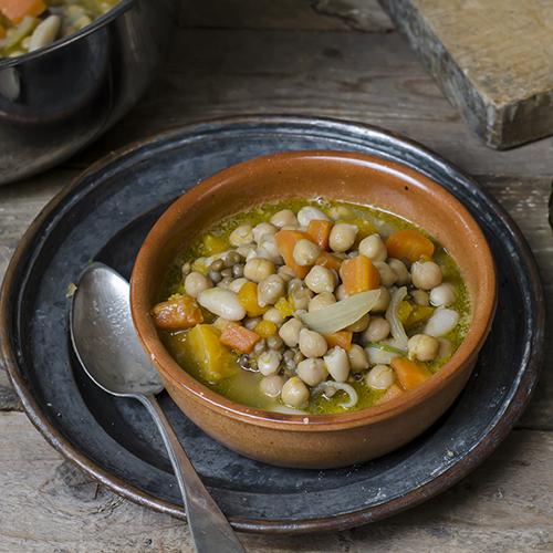 Zuppa di zucca, carote e legumi