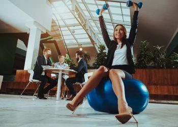 ginnastica in ufficio: esercizi illustrati per rimanere in forma