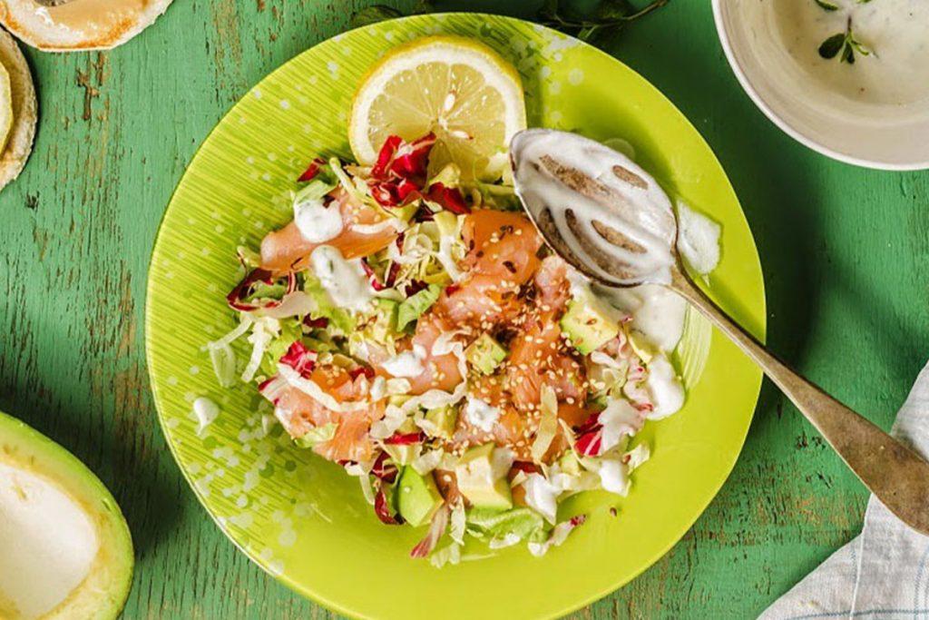 ricette con yogurt: insalata di salmone e avocado