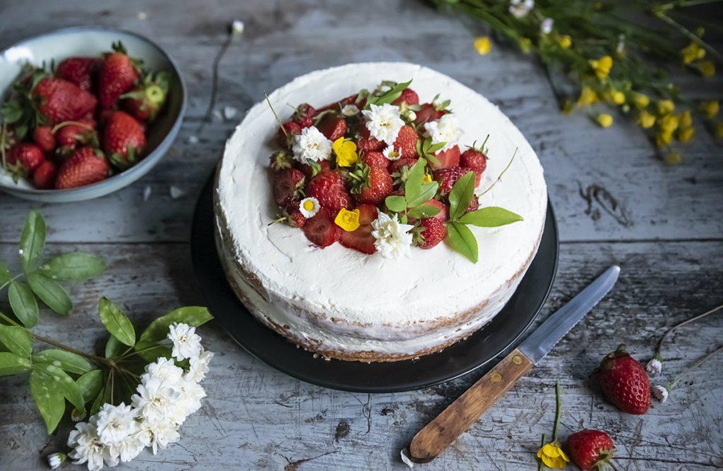 ricette con yogurt: pan di spagna con crema allo yogurt e fragole