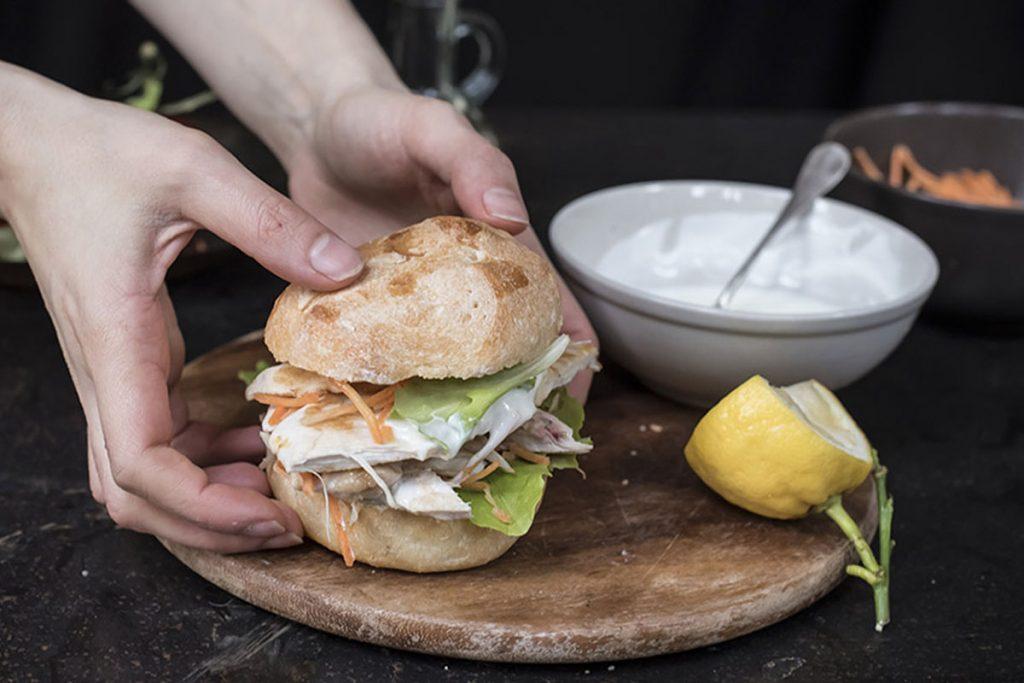 ricette con yogurt: panino con pollo grigliato, carote julienne e salsa allo yogurt