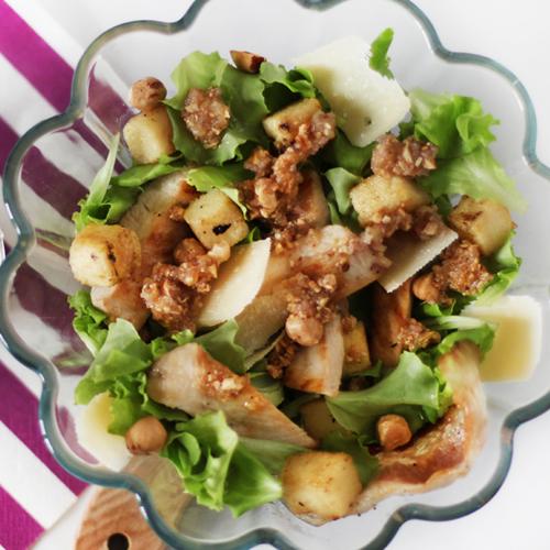 L'insalata di pollo con polenta e salsa di nocciole si prepara velocemente ed è light e senza glutine.