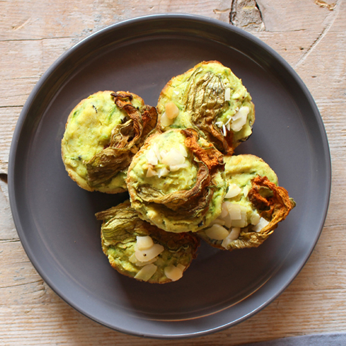La ricetta dei muffin salati light con zucchine e olive nere