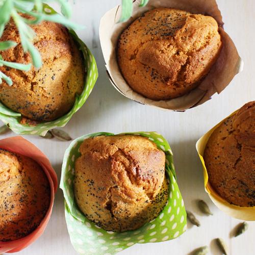 La ricetta light e senza glutine dei muffin alle mandorle e semi di papavero