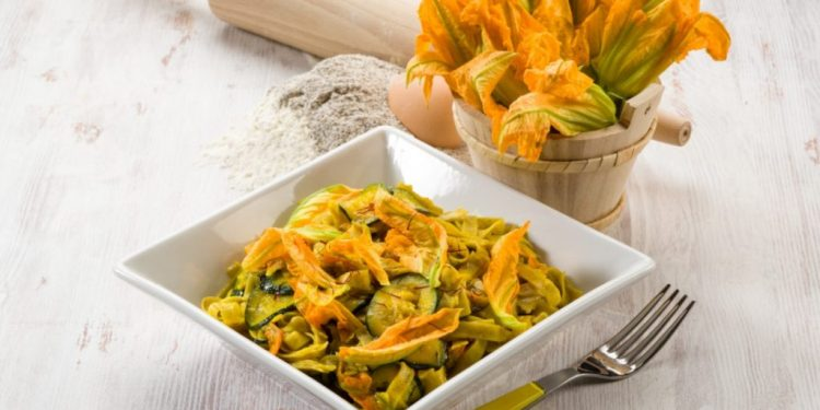pasta con zucchine e zafferano : un primo saporito