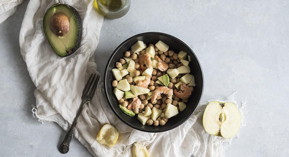Insalata di ceci, avocado, gamberi e mela verde
