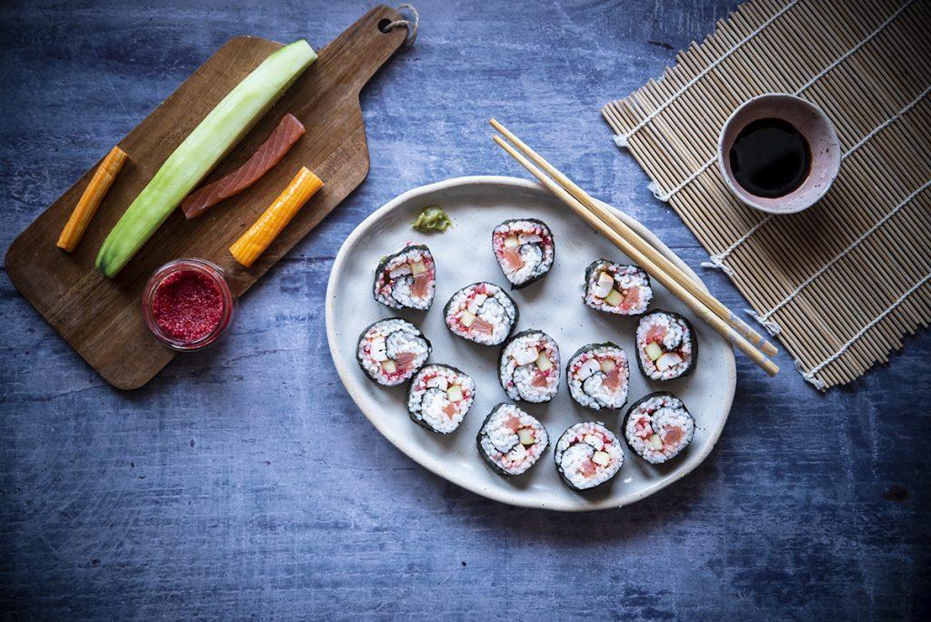 ricette con salmone: futomaki con salmone e uova di lompo