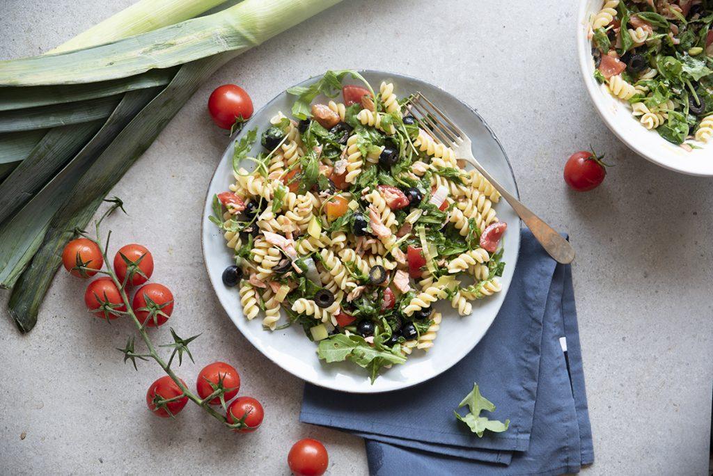 ricette con il salmone: insalata di pasta con salmone, rucola, pomodorini, olive