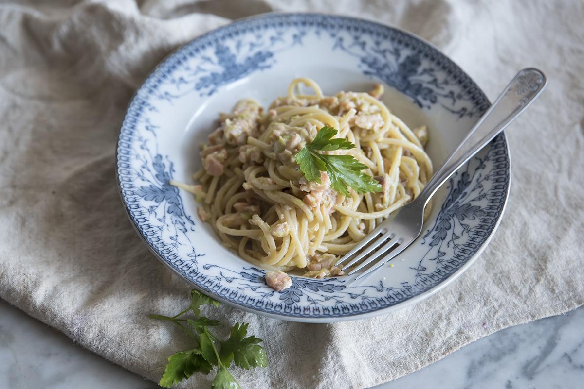 Spaghetti con porri e salmone