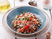 Insalata di orzo con pomodorini e olive
