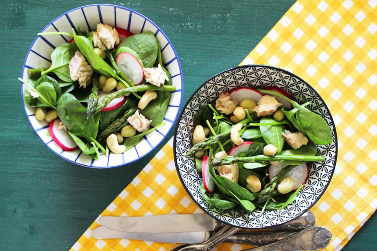 Insalata di spinaci crudi con sgombro e anacardi