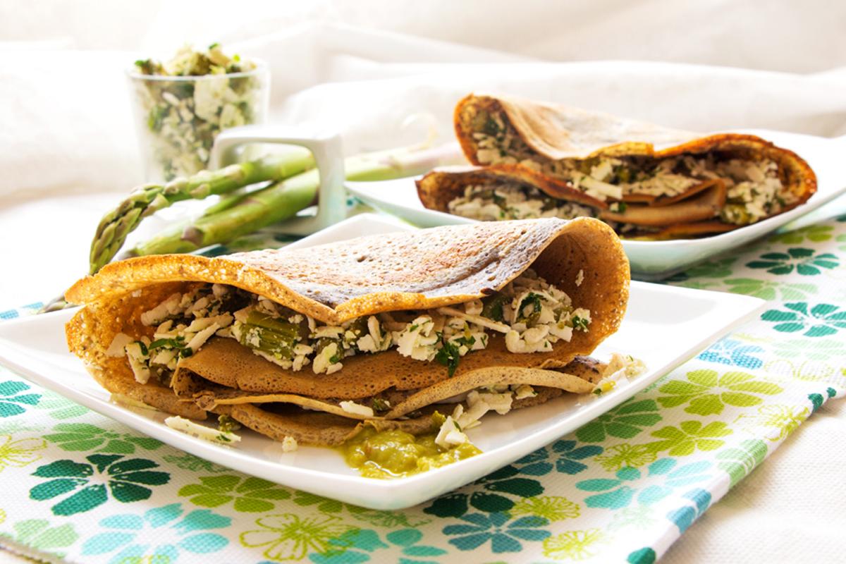 Ricette con asparagi: crêpes di grano saraceno con ricotta salata e asparagi
