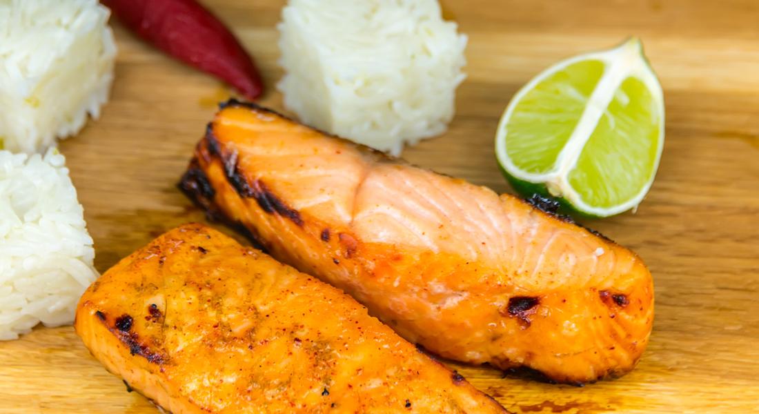 La ricetta del salmone marinato con riso pilaf è un secondo di pesce light e senza glutine.
