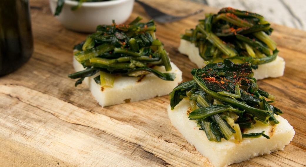 Le tartine di polenta sono un antipasto veloce, senza glutine e light.