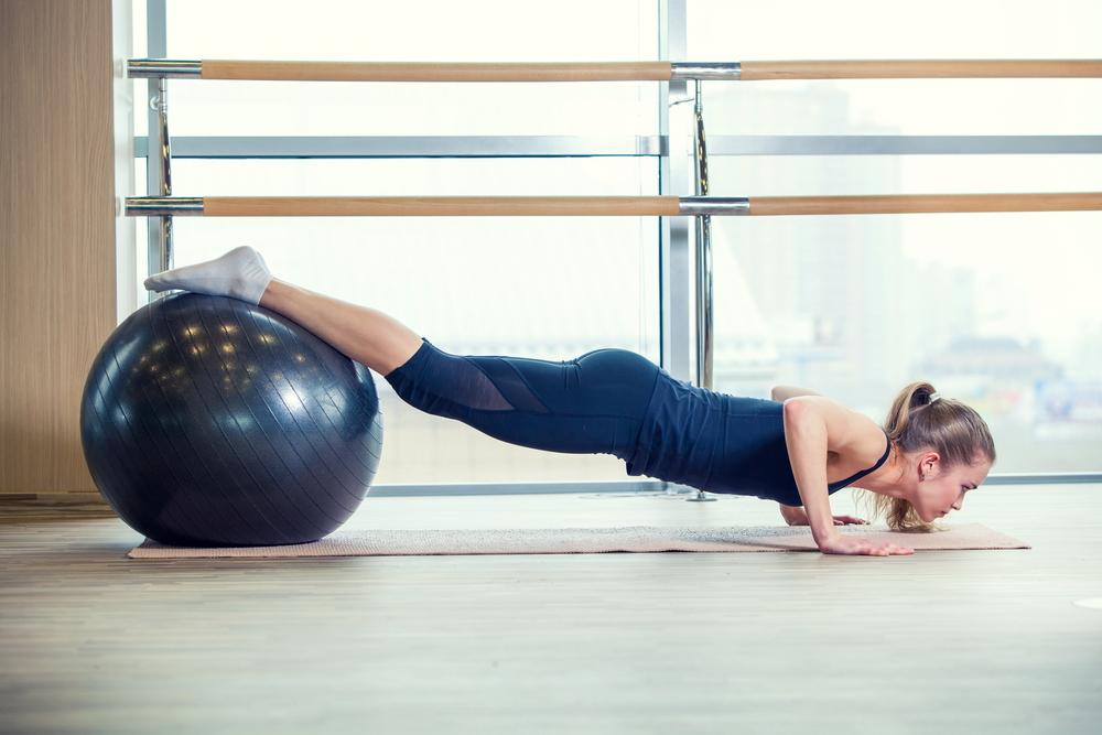 attrezzi fitness: palla per tonificare braccia e glutei