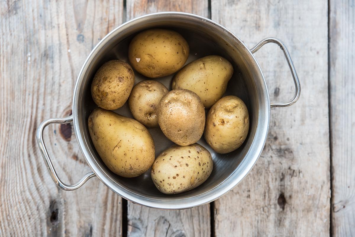 insalata di patate light: lessare le patate