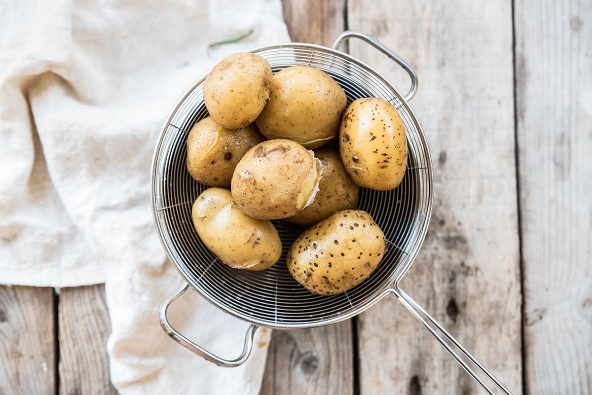 insalata di patate: pelare le patate