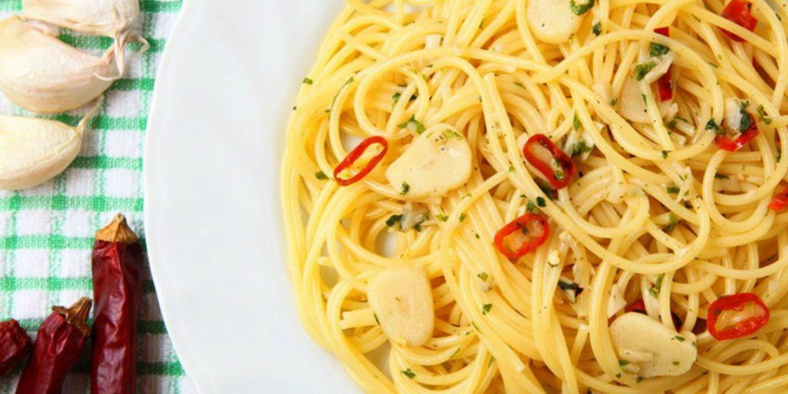 pasta aglio, olio e peperoncino, un primo piatto veloce da realizzare. Ideale se arrivi tardi a casa, se hai il frigo vuoto o se non hai molta voglia di cucinare. Melarossa.it
