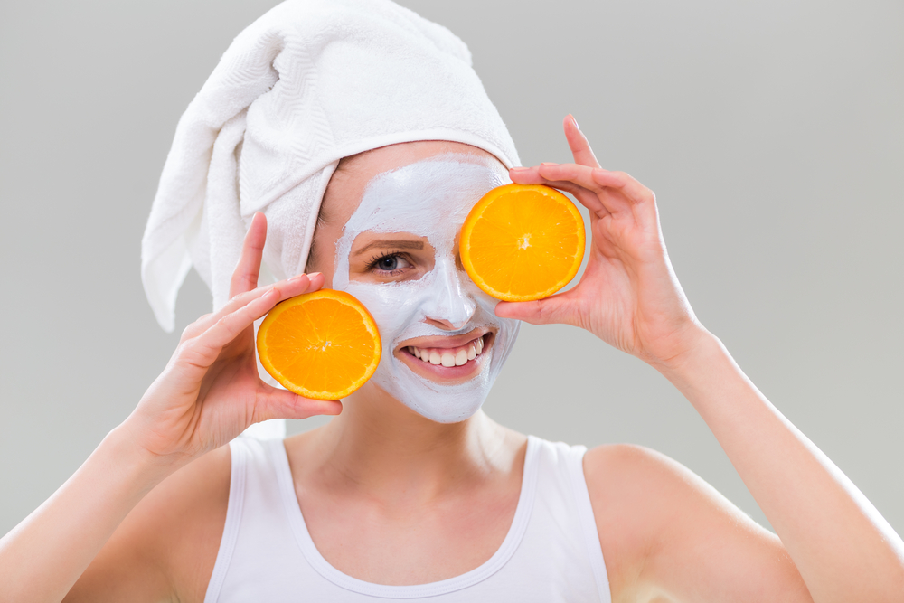Schiarisci le macchie della pelle con la scorza d'arancia