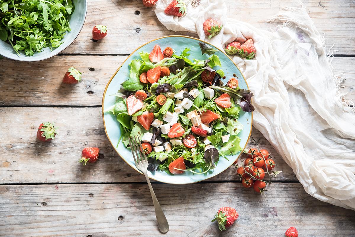 insalata fragole e feta, un contorno leggero e rinfrescante