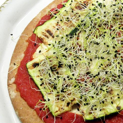 pizza zucchine grigliate e germogli di porro