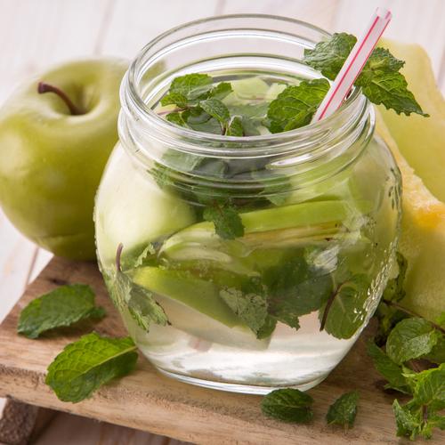 Acqua detox melone, mela verde e menta