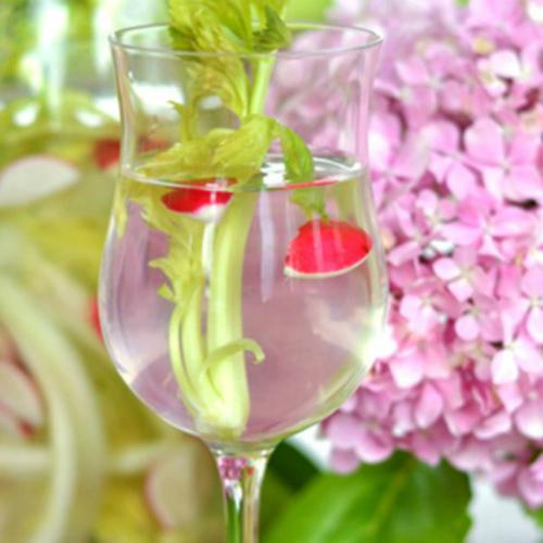 acqua detox sedano e ravanello, una bevanda depurativa