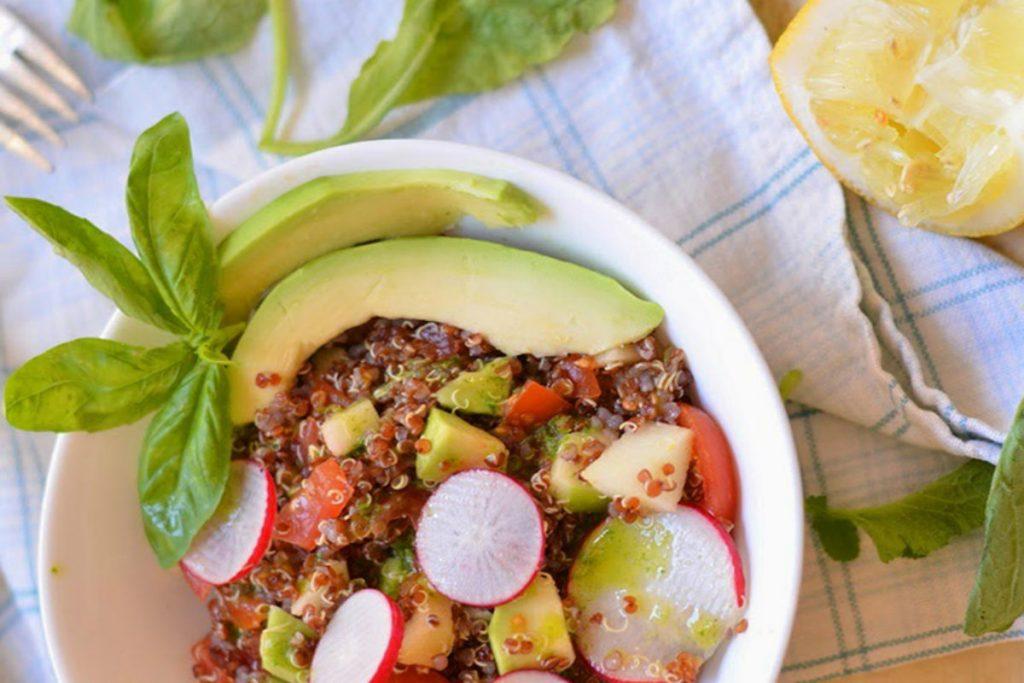 alimenti ricchi di potassio, insalata con quinoa rossa, mela verde, avocado