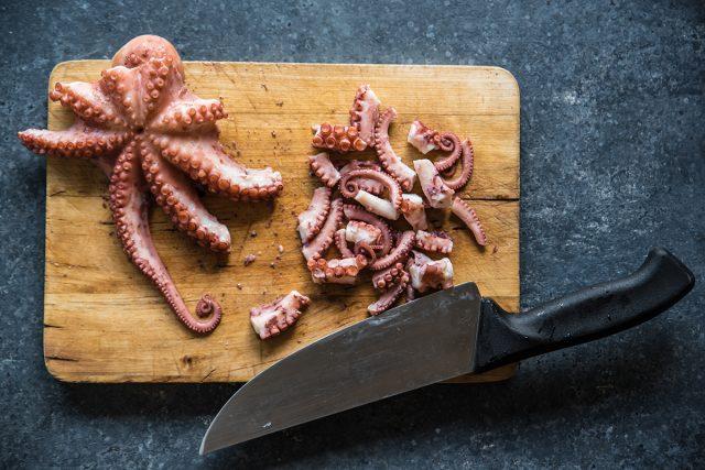 insalata di mare preparazione polpo tagliare