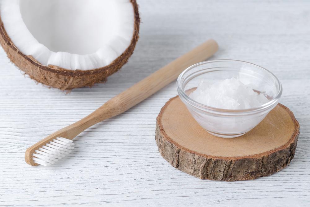 olio di cocco: sbiancante per i denti