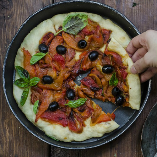pizza con peperoni e olive, una ricetta light