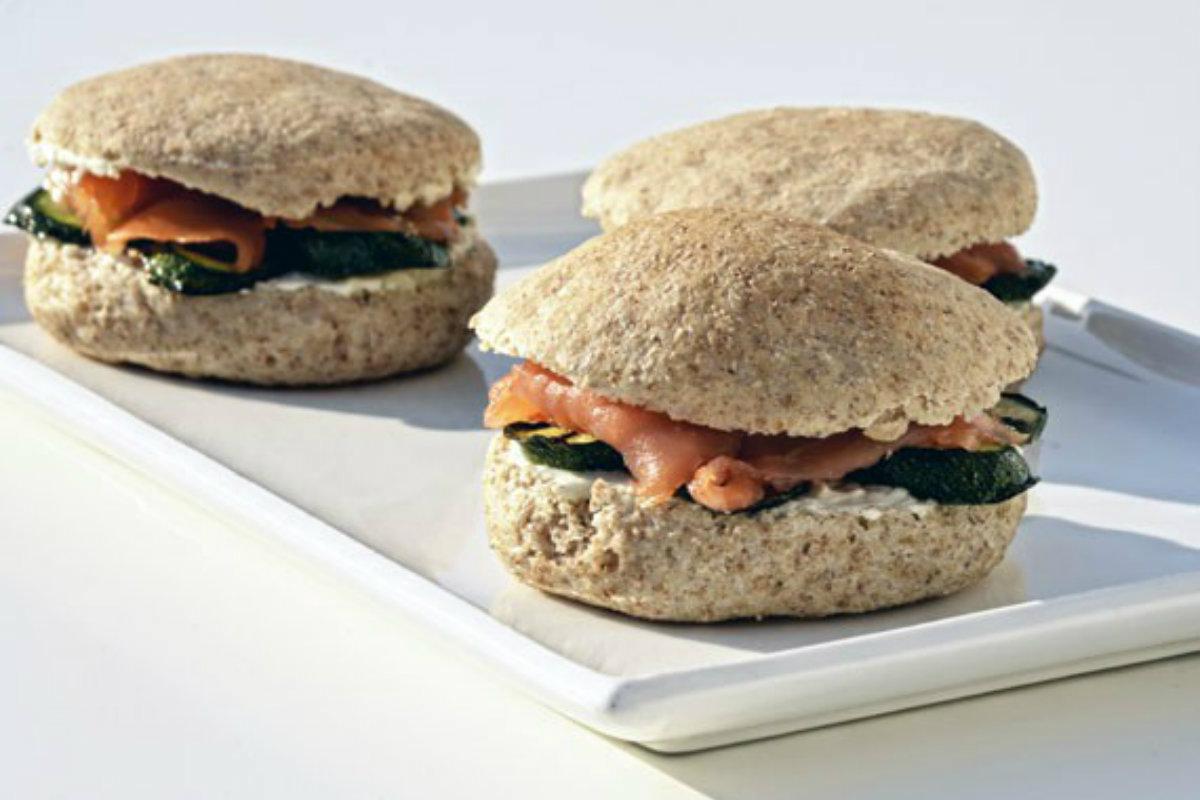 ricette con le zucchine, panino integrale panino e salmone