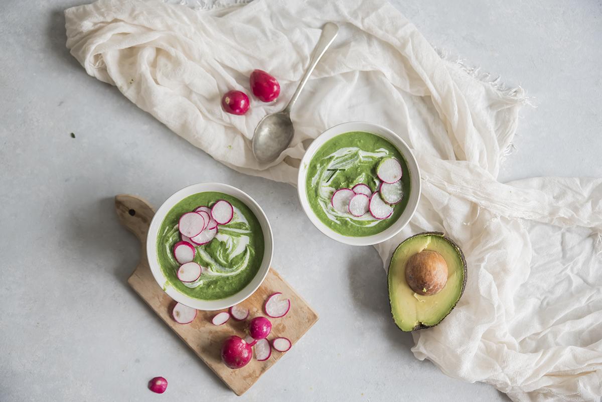 ricette detox, zuppa di avocado, spinaci e ravanelli croccanti