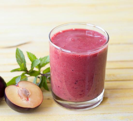 smoothie alle prugne, una bevanda depurativa