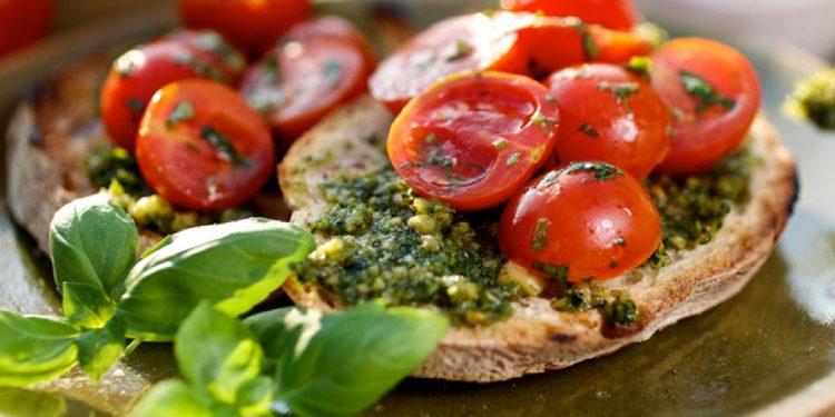 bruschette con pesto e pomodorini