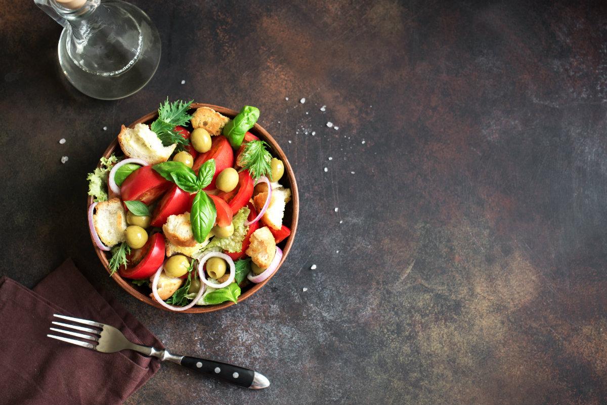 ricette con pomodorini, insalata con crostini e pomodorini ripieni