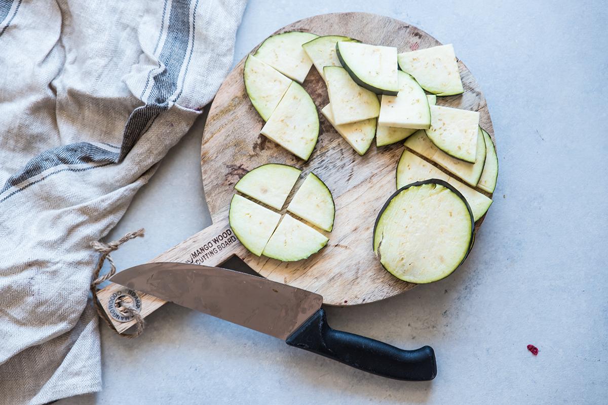 spiedini di verdure, tagliare le melanzane