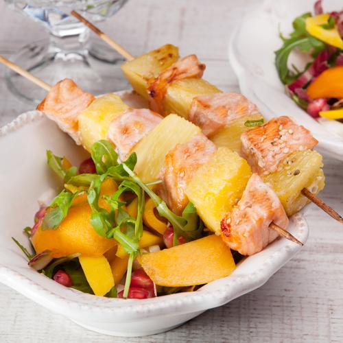 Spiedini di salmone e ananas