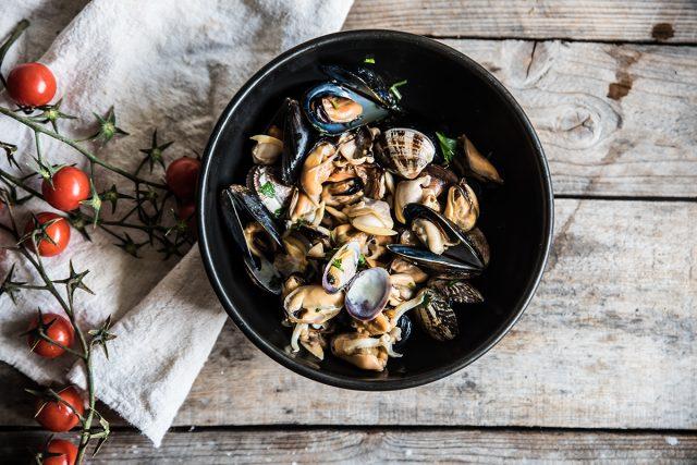 zuppa di pesce, cozze e vongole in padella