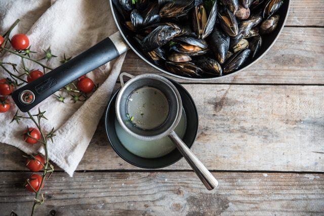 zuppa di pesce, filtra il liquido