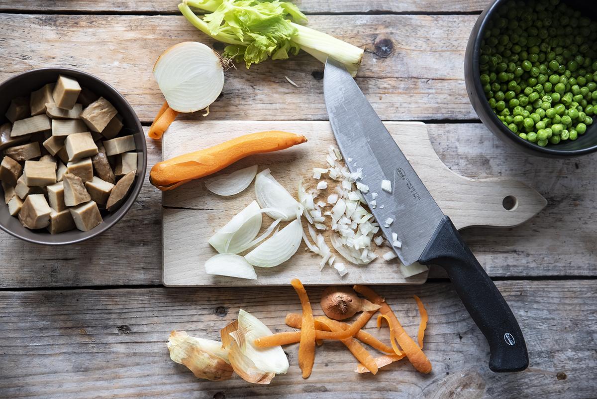 spezzatino di seitan con piselli, taglia le verdure